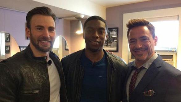 Chadwick Boseman (giữa) chụp ảnh cùng hai ngôi sao đình đám khác của Marvel là Chris Evans (trái) và Robert Downey Jr. (phải) - Ảnh: Variety