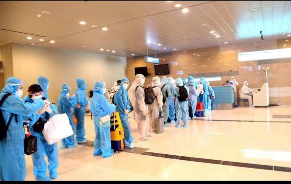 Đưa 342 công dân từ Macau về nước, trong đó nhiều phụ nữ mang thai và trẻ em - Ảnh 1.