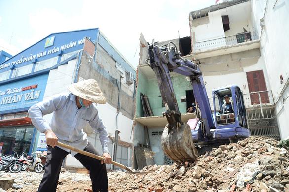 Dân dọc đường Trường Chinh - Cách Mạng Tháng 8 đồng loạt dỡ nhà làm metro số 2 - Ảnh 3.