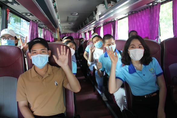 Hai đoàn bác sĩ Bình Định, Thừa Thiên Huế chi viện rút khỏi Đà Nẵng - Ảnh 2.
