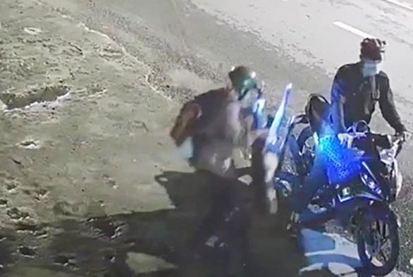 Video: Chó pitbull to khỏe bị chích điện, bồng đi mất chưa đầy 30 giây - Ảnh 2.