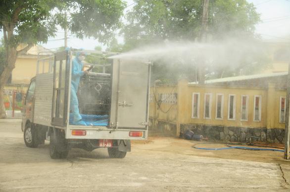 Phòng hóa Quân khu 5 phun khử trùng dập dịch tại điểm nóng Quảng Nam - Ảnh 1.