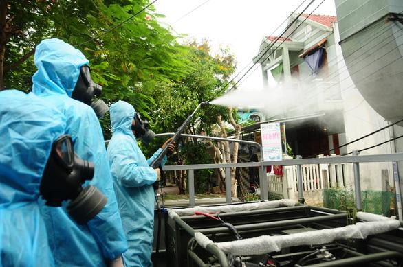Phòng hóa Quân khu 5 phun khử trùng dập dịch tại điểm nóng Quảng Nam - Ảnh 8.