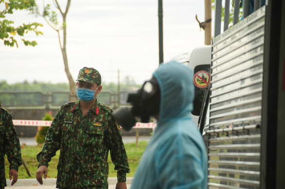 Phòng hóa Quân khu 5 phun khử trùng dập dịch tại điểm nóng Quảng Nam - Ảnh 2.