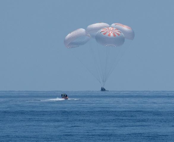 Tàu Crew Dragon của SpaceX đáp thành công trên biển - Ảnh 3.