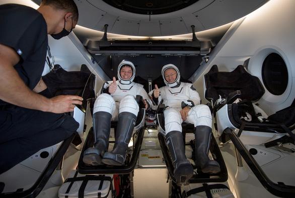 Tàu Crew Dragon của SpaceX đáp thành công trên biển - Ảnh 1.
