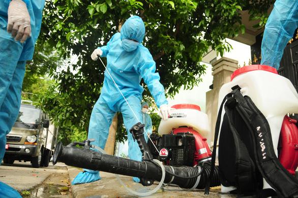 Phòng hóa Quân khu 5 phun khử trùng dập dịch tại điểm nóng Quảng Nam - Ảnh 3.