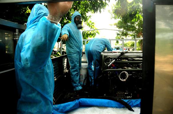 Phòng hóa Quân khu 5 phun khử trùng dập dịch tại điểm nóng Quảng Nam - Ảnh 4.