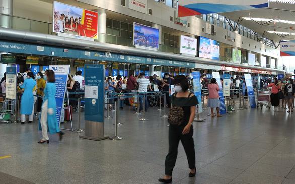 Du khách mắc kẹt sẽ rời Đà Nẵng bằng 2 chuyến bay đi Hà Nội, TP.HCM - Ảnh 1.