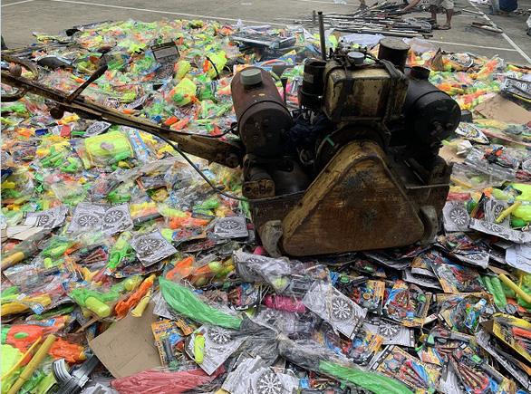 Tiêu hủy hàng ngàn đồ chơi nguy hiểm, hàng trăm vũ khí thô sơ - Ảnh 1.