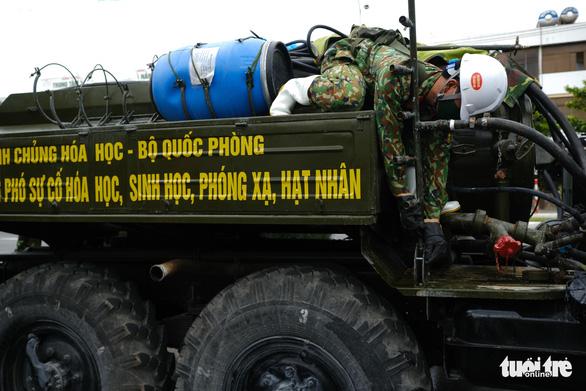 Bộ đội hóa học phun thuốc sát khuẩn toàn bộ quận Sơn Trà - Ảnh 2.