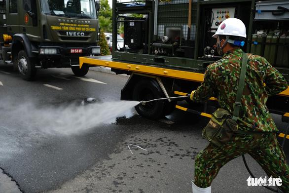 Bộ đội hóa học phun thuốc sát khuẩn toàn bộ quận Sơn Trà - Ảnh 3.