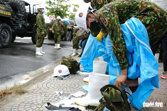 Bộ đội hóa học phun thuốc sát khuẩn toàn bộ quận Sơn Trà - Ảnh 4.
