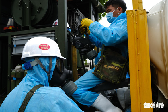 Bộ đội hóa học phun thuốc sát khuẩn toàn bộ quận Sơn Trà - Ảnh 5.