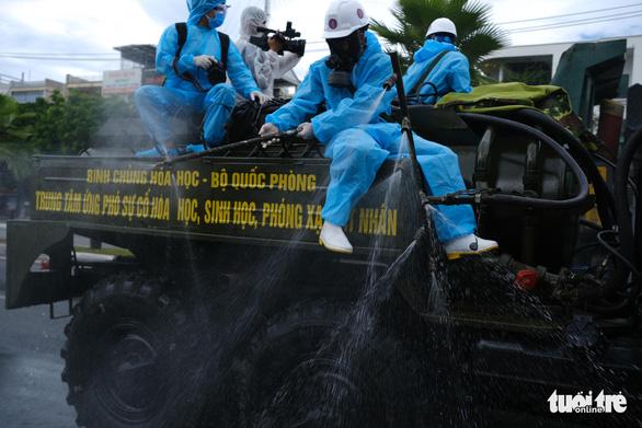 Bộ đội hóa học phun thuốc sát khuẩn toàn bộ quận Sơn Trà - Ảnh 8.