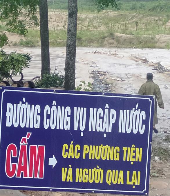 Mưa lũ sau bão số 2 cuốn trôi cầu, đập, hàng trăm hộ dân Thanh Hóa bị cô lập - Ảnh 3.