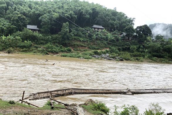 Mưa lũ sau bão số 2 cuốn trôi cầu, đập, hàng trăm hộ dân Thanh Hóa bị cô lập - Ảnh 1.