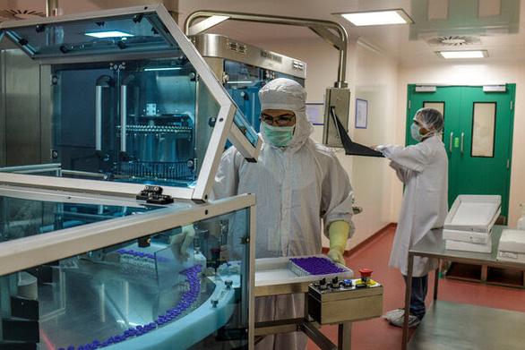 Các tỉ phú Ấn Độ quyết tâm sản xuất vắcxin ngừa COVID-19 ngay giai đoạn thử nghiệm - Ảnh 1.