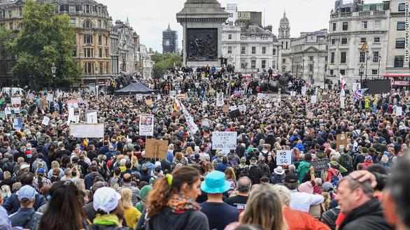 Dịch COVID-19 ngày 30-8: 300 người biểu tình chống biện pháp ngăn COVID-19 bị bắt - Ảnh 3.