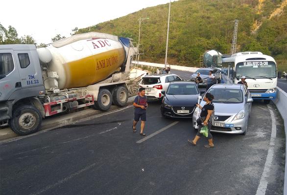 Xe khách tông dải phân cách, xe trộn bêtông ủi 'dồn cục' 8 xe hơi - Ảnh 3.