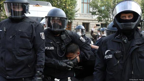 Dịch COVID-19 ngày 30-8: 300 người biểu tình chống biện pháp ngăn COVID-19 bị bắt - Ảnh 1.