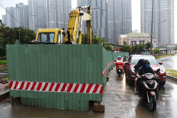 123 lô cốt lại choán đường sá Sài Gòn - Ảnh 1.