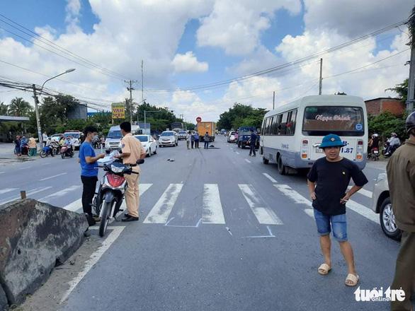 Xe chuyển phát nhanh cán chết 1 phụ nữ đang trên đường đi đám tang - Ảnh 2.