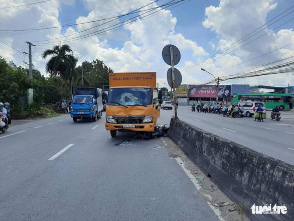 Xe chuyển phát nhanh cán chết 1 phụ nữ đang trên đường đi đám tang - Ảnh 1.