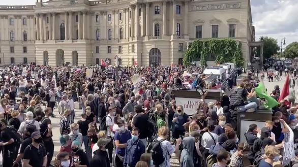 Dịch COVID-19 ngày 30-8: 300 người biểu tình chống biện pháp ngăn COVID-19 bị bắt - Ảnh 2.