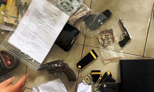 Điều tra vụ bảo vệ Bệnh viện quận 9 tàng trữ 3 khẩu súng, có dấu hiệu cưỡng đoạt tài sản - Ảnh 1.