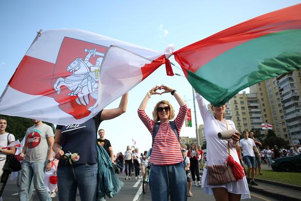 Người biểu tình đòi Tổng thống Lukashenko từ chức ngay trong ngày sinh nhật - Ảnh 1.