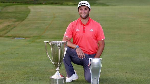 Cú đánh vòng cung cực khó ở khoảng cách 20m giúp tay golf mang về gần 2 triệu USD - Ảnh 2.