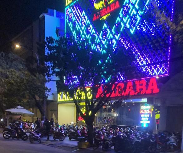20 khách dương tính với ma túy ở karaoke Alibaba quận Bình Tân - Ảnh 1.