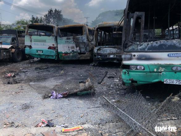 Cháy lớn tại bãi xe cũ ở huyện Bình Chánh - Ảnh 3.