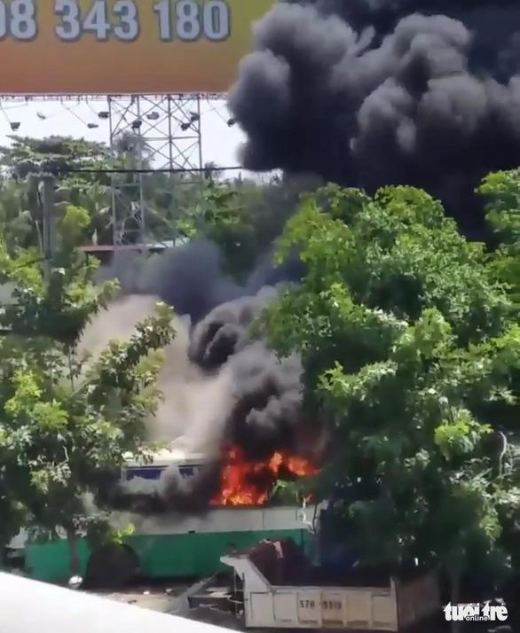 Cháy lớn tại bãi xe cũ ở huyện Bình Chánh - Ảnh 2.