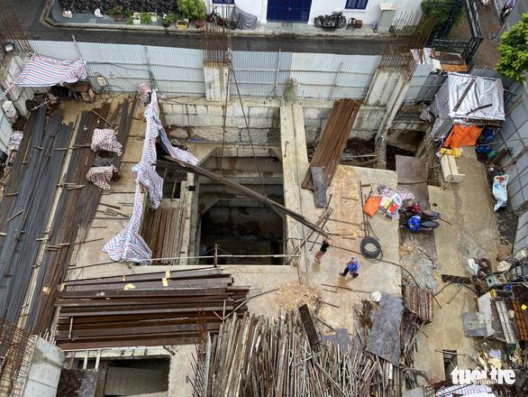 Nhà phố 5 tầng mà có 4 tầng hầm: Không bình thường, như bom nổ chậm giữa phố - Ảnh 1.