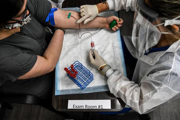 Mỹ hơn 6 triệu ca bệnh, FDA sẵn sàng phê chuẩn nhanh vắc xin COVID-19 - Ảnh 1.