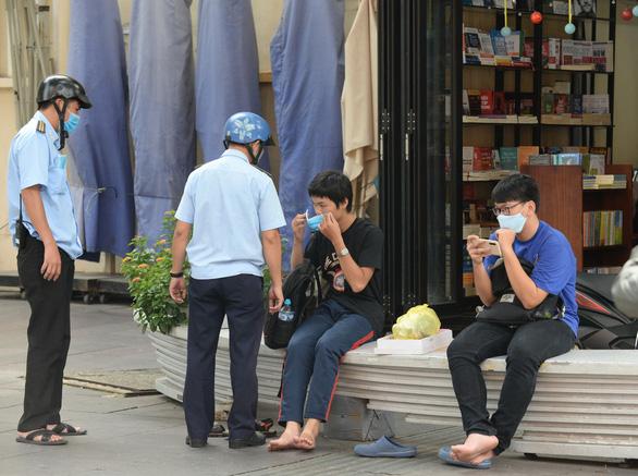 TP.HCM đã xử phạt nhiều người không đeo khẩu trang hơn nửa tỉ đồng - Ảnh 1.