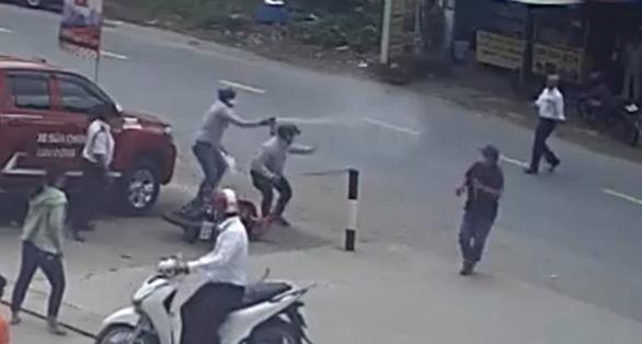 Video cướp giật dây chuyền người đi bộ, xịt hơi cay chống trả người dân vây bắt - Ảnh 2.