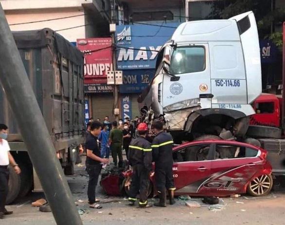 Ôtô dừng đèn đỏ bị xe container lao tới chồm lên nóc đè bẹp, 3 người chết - Ảnh 2.