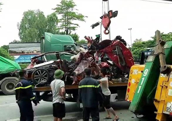 Ôtô dừng đèn đỏ bị xe container lao tới chồm lên nóc đè bẹp, 3 người chết - Ảnh 3.