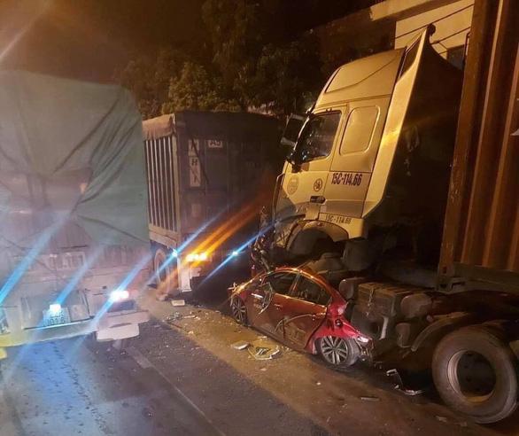 Ôtô dừng đèn đỏ bị xe container lao tới chồm lên nóc đè bẹp, 3 người chết - Ảnh 1.