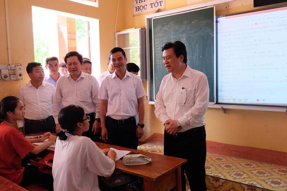 Học sinh, phụ huynh chủ động khai báo y tế trước khi đến điểm thi tốt nghiệp THPT - Ảnh 1.