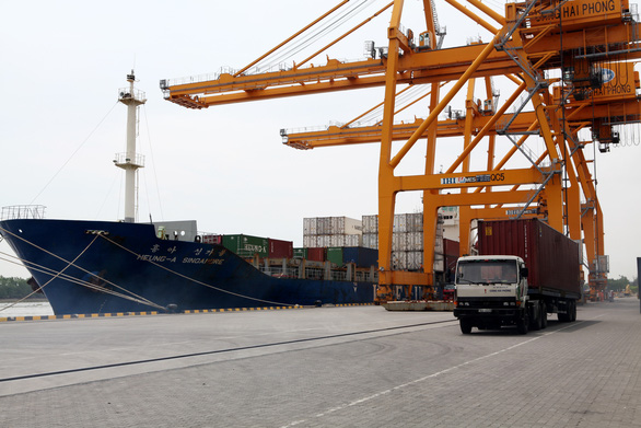 Tăng giá bốc dỡ container để lấy lại tiền hãng tàu thu của chủ hàng quá cao - Ảnh 2.