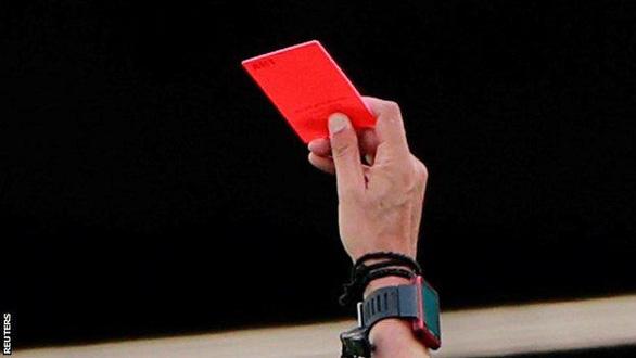 Luật mới của FIFA: có thể bị thẻ đỏ nếu... ho nhắm vào đối thủ, trọng tài - Ảnh 1.