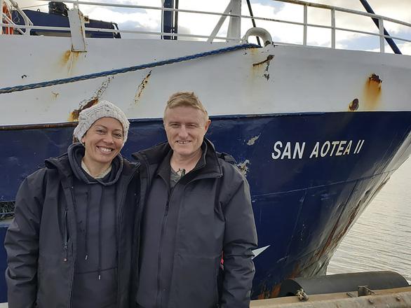 Bị mắc kẹt vì COVID-19, cặp vợ chồng quá giang tàu cá vượt 5.000 hải lý về nhà - Ảnh 1.