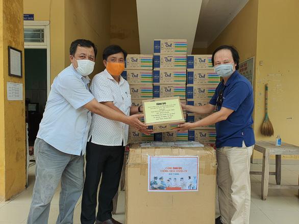Báo Tuổi Trẻ tặng vật dụng phòng dịch COVID-19 cho trạm y tế giáp ranh Đà Nẵng - Ảnh 2.