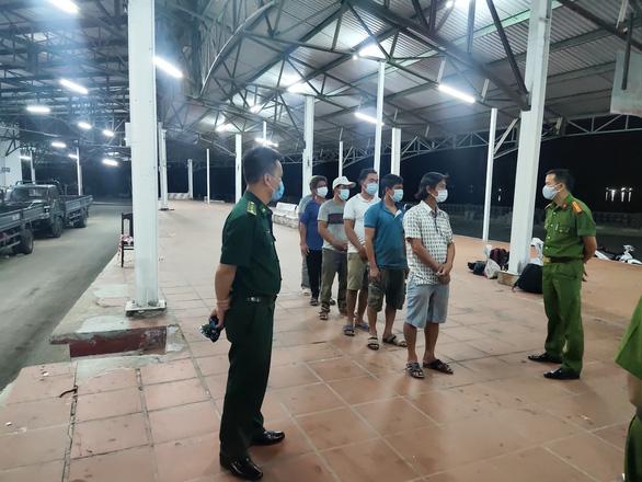 Phát hiện 6 người đi bộ dọc đường biển từ Đà Nẵng ra Huế trốn cách ly - Ảnh 1.
