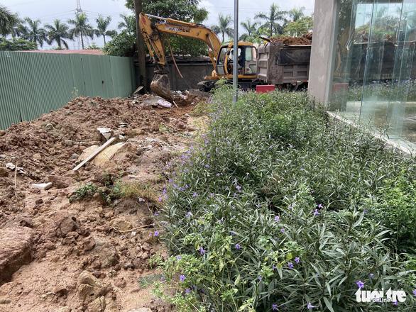 Tố chủ đầu tư chây ì nợ, nhà thầu đổ đất vào dự án chung cư - Ảnh 1.