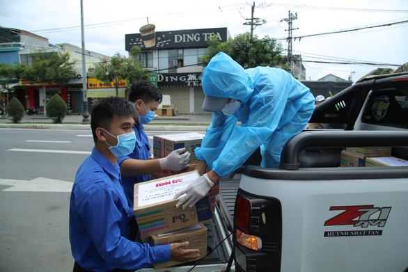 Báo Tuổi Trẻ tặng vật phẩm y tế cho khu cách ly ở Đà Nẵng - Ảnh 1.